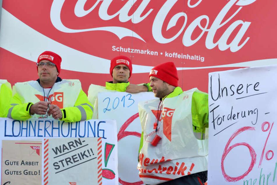 Mitarbeiter des Getränkeherstellers Coca-Cola in Weimar streiken (Archivfoto).