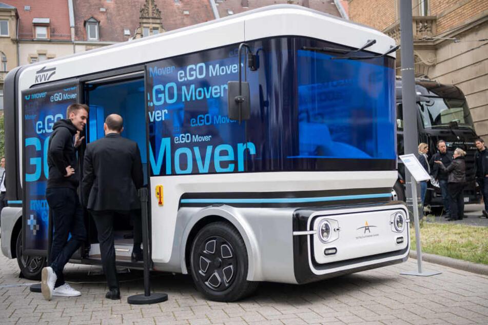 Besucher schauen sich während der Eröffnung des Testfelds Autonomes Fahren den autonomen Kleinbus e.Go Mover an.