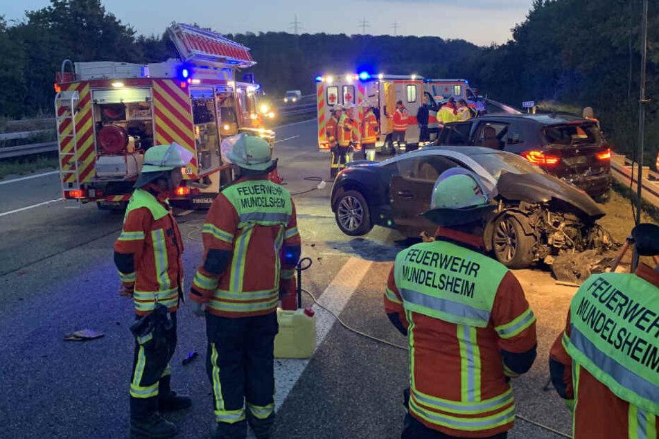 Schwerer Unfall! Auto kracht in ungesicherte Unfallstelle, fünf Verletzte, A81 voll gesperrt