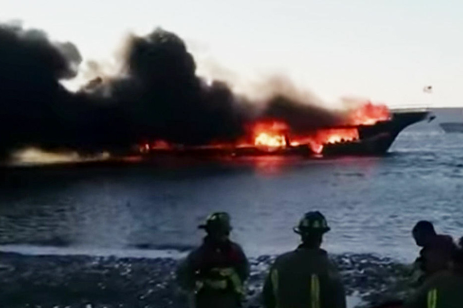Nachdem das Feuer auf dem Boot ausgebrochen war, sprangen die Passagiere ins Wasser, um ihr Leben zu retten.