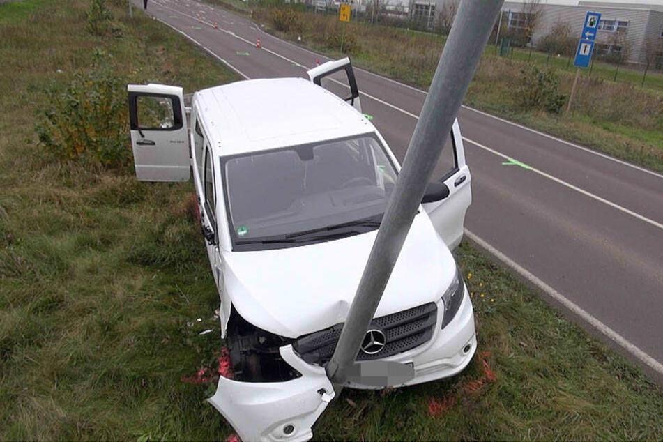Der Mann raste auf der stark befahrenen Straße in Richtung Magdeburg gegen mehrere Masten.