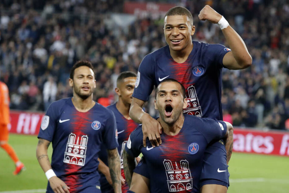 Am 3. August sollen Paris Saint-Germains Superstars Neymar (l.) und Kylian Mbappé (oben, getragen von Dani Alves) in der Leipziger Red Bull Arena aufkreuzen.