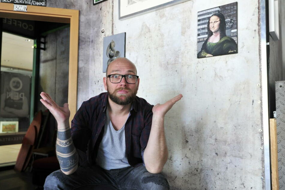 Barbesitzer Volker Beyer vor der Wand, an der das Johnny-Depp-Bild hing.