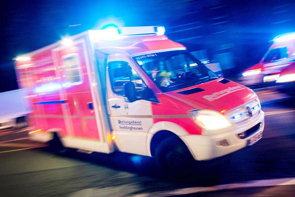 Die zwei jungen Männer trugen schwere Verletzung davon und mussten in ein Krankenhaus gebracht werden. (Symbolbild)