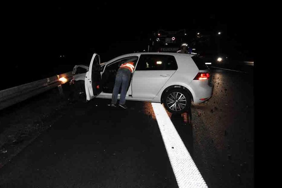 Der Fahrer des VW Golfs verlor die Kontrolle über seinen Wagen, wurde über die Fahrbahn geschleudert und krachte in die Leitplanken. Er kam mit dem Schrecken davon.