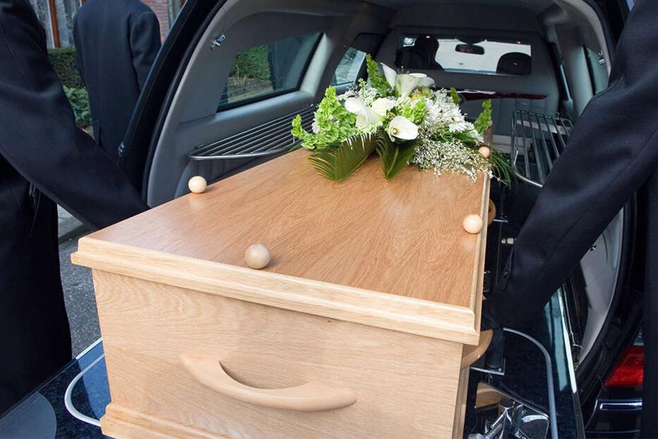 Der Sarg war für die Beerdigung bereits vorbereitet (Symbolbild).