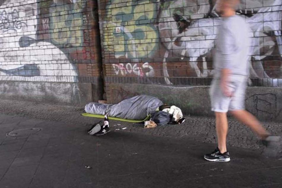 Der Mann hatte es sich auf seiner Matratze gemütlich gemacht, als die Kinder zuschlugen. (Symbolbild).