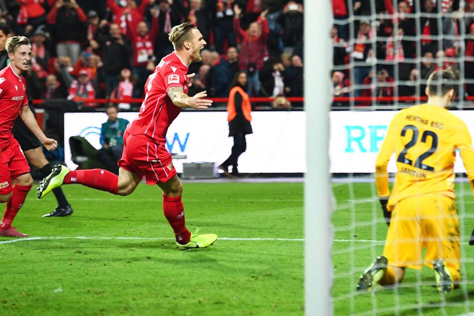 Unions Sebastian Polter (M.) jubelt nachdem er im Derby gegen Hertha BSC per Elfmeter das Siegtor zum 1:0 erzielt hat.