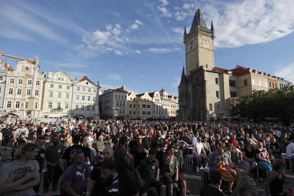 Beschäftigte aus der Musikindustrie haben sich zu einer Demonstration in der Altstadt versammelt. Auch hier gibt es kaum Schutzmasken zu sehen.
