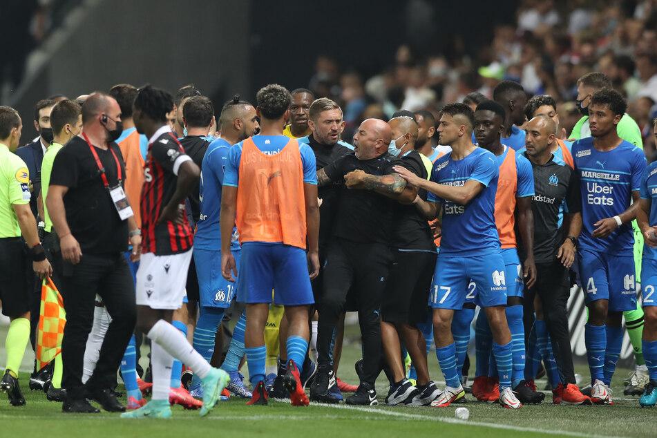 Ausschreitung, Rudelbildung, Chaos. Das Spiel zwischen OGC Nizza und Olympique Marseille musste abgebrochen werden.