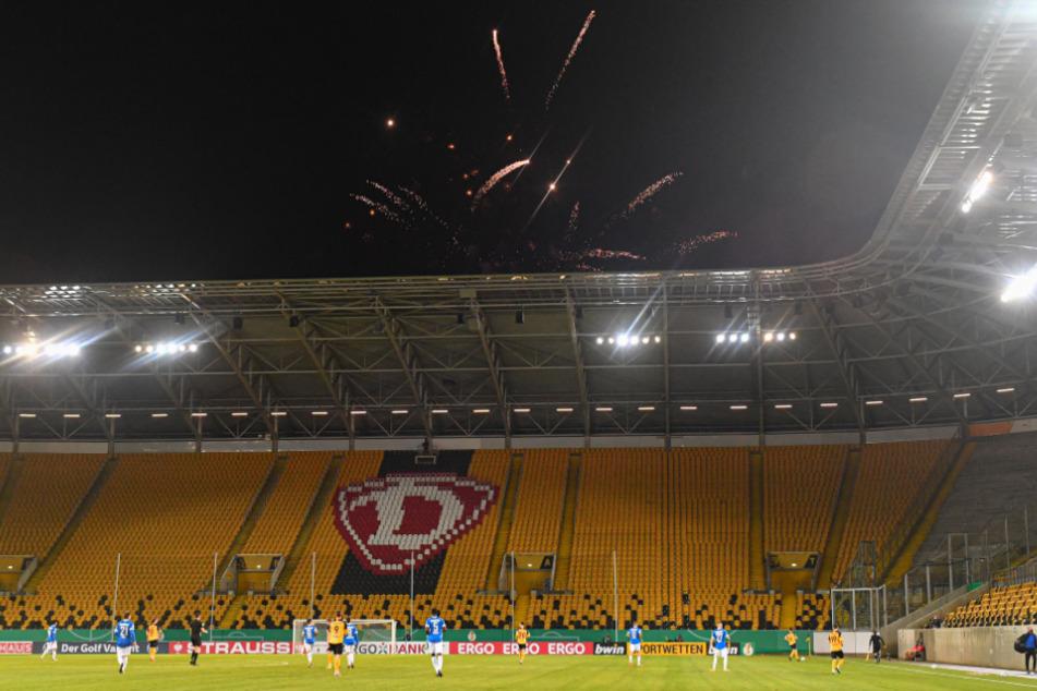 Ein Feuerwerk über dem Rudolf-Harbig-Stadion: Das zündeten Fans mit Beginn der zweiten Hälfte gegen Darmstadt von außerhalb.
