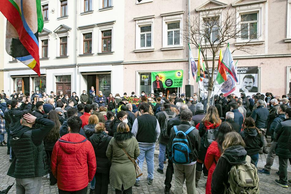 Mehrere Menschen versammelten sich am Mittwoch und gedachten Halil Şen.