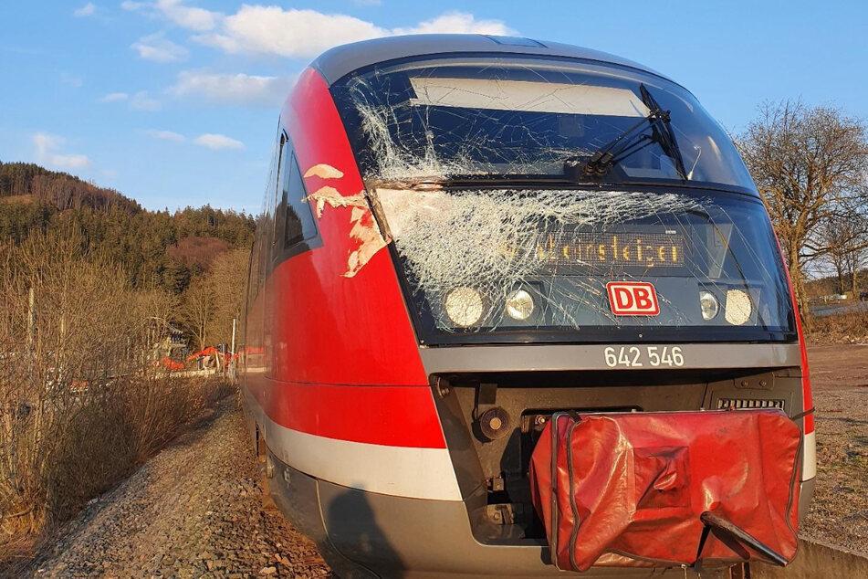 Regionalbahn kracht mit Bagger zusammen