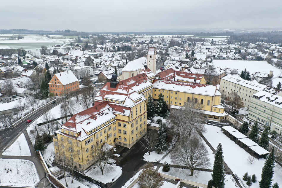 Schnee bedeckt das Kloster Reute bei Bad Waldsee.