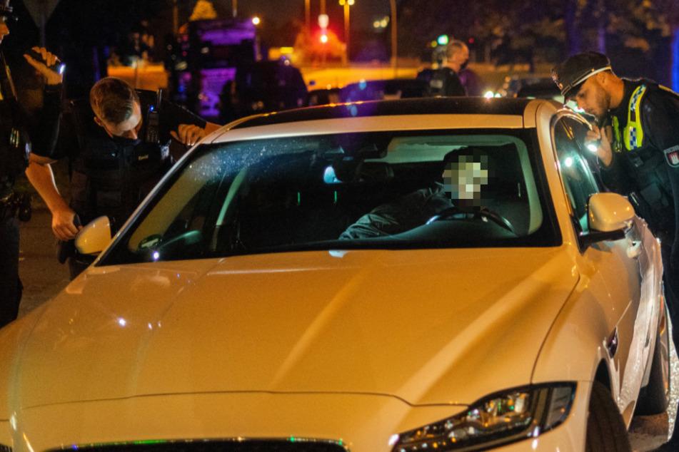 Fahrer schließt Beifahrer auf der Flucht vor Polizei in Luxusauto ein
