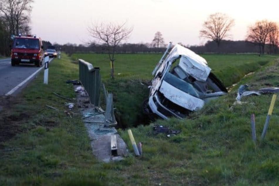 Horror-Crash! Beifahrerin (†19) aus Transporter gegen Brücke geschleudert