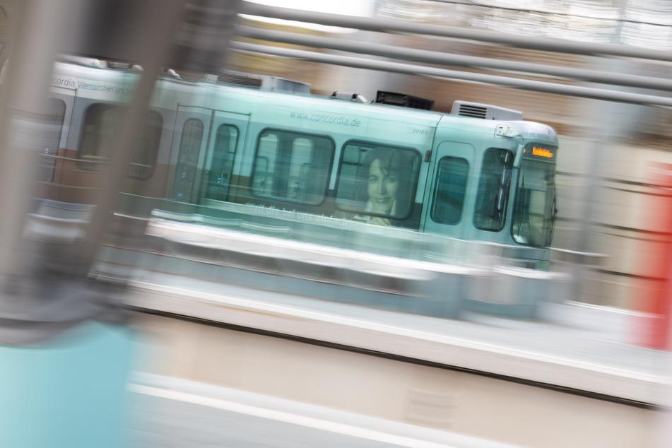 """Eine Stadtbahn der Hannoverschen Verkehrsbetriebe Üstra fährt durch einen Bahnhof. """"Schwarzfahrer"""" wird es in Hannover bald nicht mehr geben."""