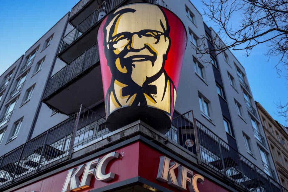 In mehreren Filialen der Fastfood-Kette Kentucky Fried Chicken (KFC) kam es zu Lebensmittelvergiftungen. (Symbolbild)