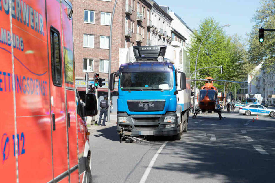 Vom Lastwagen überfahren: Radfahrerin stirbt