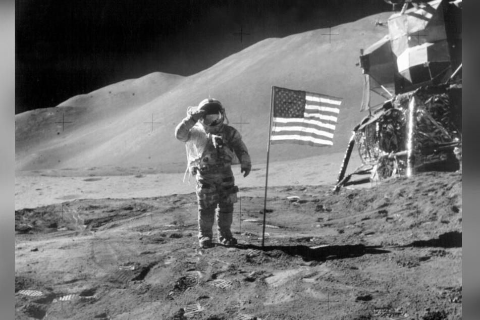 """2. August 1971: James Irwin salutiert neben der US-Flagge auf dem Mond. Aufgenommen hat den Schnappschuss David Scott. Gemeinsam mit Alfred Worden hatten sie auf der """"Appollo 15""""-Mission 100 Briefe mit ins All genommen."""