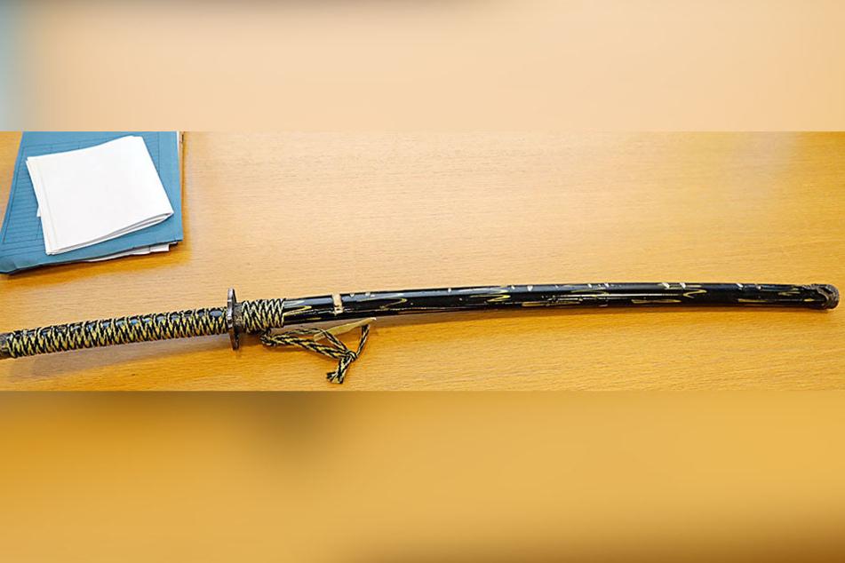 Die Tatwaffe, ein Samuraischwert: Klingenlänge von 60,6 Zentimetern, dazu ein etwa 40 Zentimeter langer Griff.