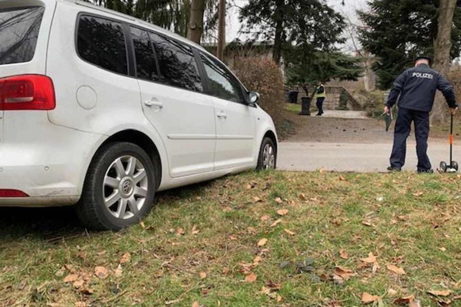 20 Meter rollte der VW Touran die Auffahrt herunter und überrollte die Fahrerin (56).