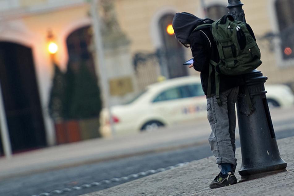 In Berlin kein seltenes Bild: Ein Schüler spielt mit seinem portablen Spielgerät auf der Straße, statt am Unterricht teilzunehmen.