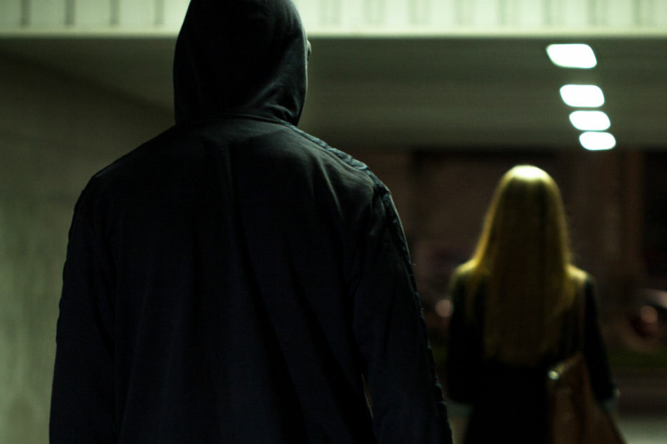 Der Täter lauerte der 18-Jährigen auf, als sie gerade die Haustür aufschließen wollte (Symbolbild)