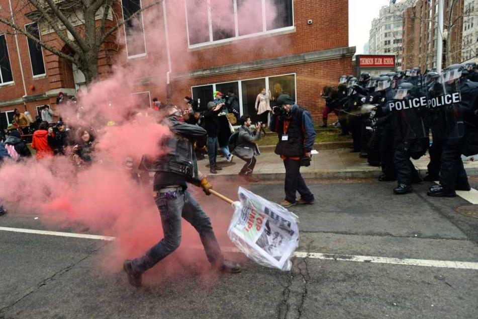 Die Polizei setzte gegen die Demonstranten Tränengas ein.