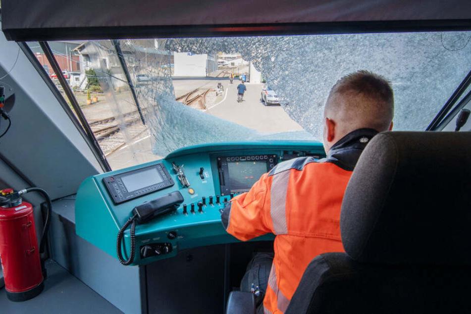 Zugführer hätte bei Gullydeckel-Attacke sterben können: Dringend Zeugen gesucht!