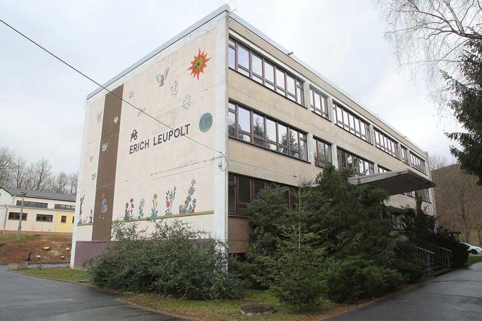 Die Grundschule in Mühlbach muss saniert werden. Weil dafür das Trinkwasser abgeklemmt wird, müssen die Grundschüler ins Feuerwehrhaus umziehen.