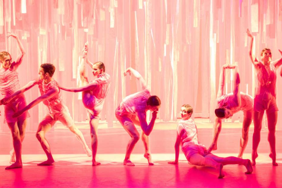 Unterm Strich ging es inmitten des rosafarbenen Bühnenbildes um Sex und Kuppelei.