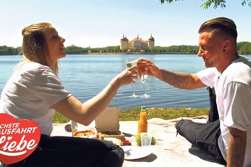 Romantisches Picknick vor der Kulisse von Schloss Moritzburg: Der Drehtermin mit Julia und Kevin (beide 27) lag bereits im Mai.