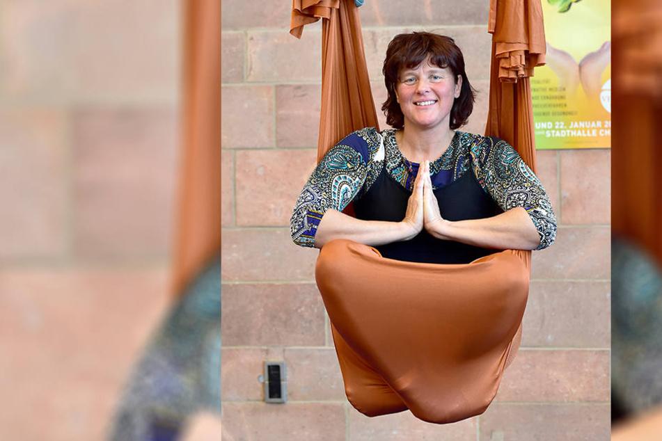 Die Burkhardtsdorfer Yoga-Lehrerin Heike Seewald-Blunert (44) stellt in der Stadthalle auch diesmal Aerial-Tuch-Übungen vor.