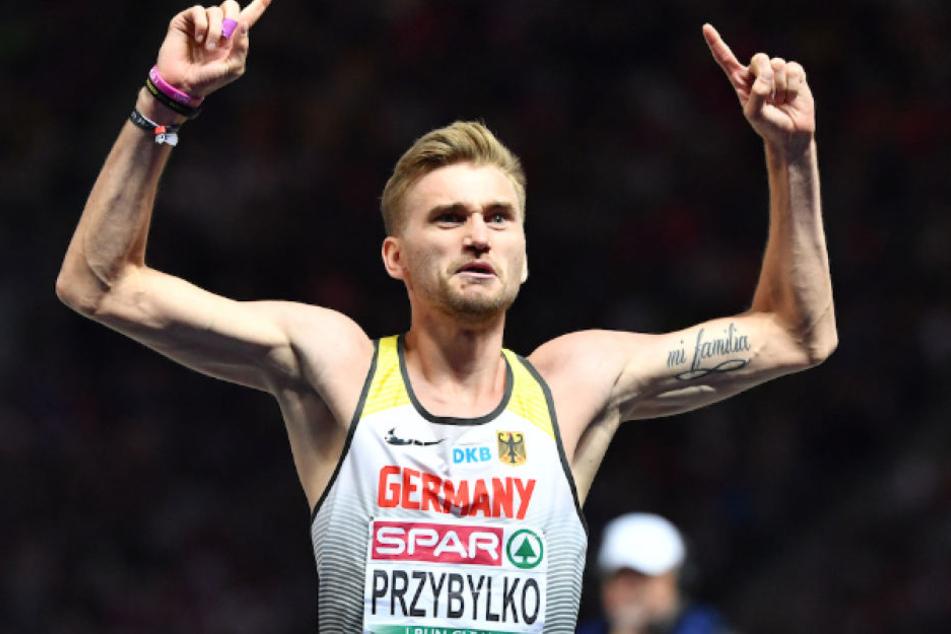 Gold-Junge Mateusz Przybylko (26) lässt sich im Berliner Olympiastadion zurecht feiern.