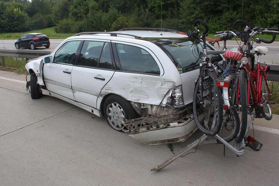 Am Mercedes entstand bei dem Unfall Totalschaden. Auch die Fahrräder sind Schrott.