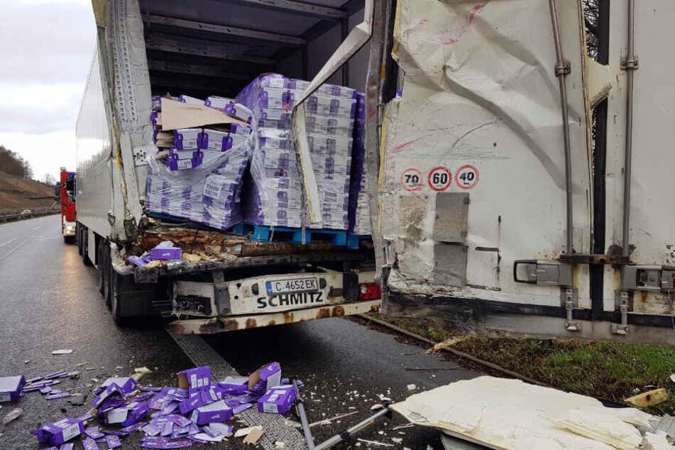 Der Sattelzug, dem aufgefahren wurde, verlor große Mengen seiner Ladung, die aus Schokoladen, Duftölen und Waschmitteln bestand.