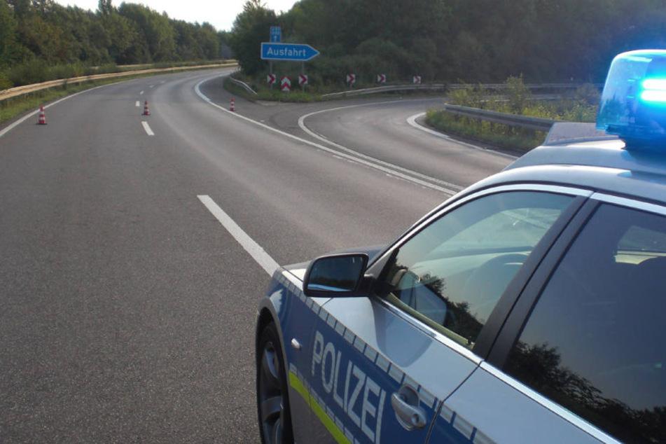 Verletzt gab es glücklicherweise nicht, doch die Autobahn musste gesperrt werden. (Symbolbild)