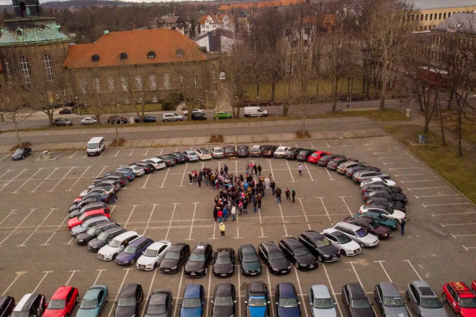 Bis zu 300 Audi-Fahrer wollen auf dem Platz der Völkerfreundschaft in Zwickau das Ringe-Logo formen.