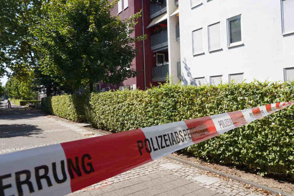 Absperrband der Polizei vor dem Gebäude, in dem die Attacke geschah.