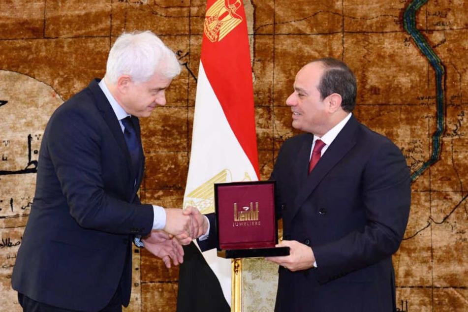 Ball-Impressario Hans-Joachim Frey (54) überreicht den St. Georgs Orden in Kairo.