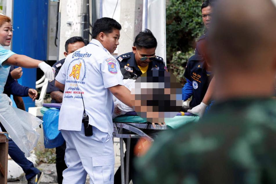 Rettungskräfte kümmern sich um eine der vielen Verletzten.
