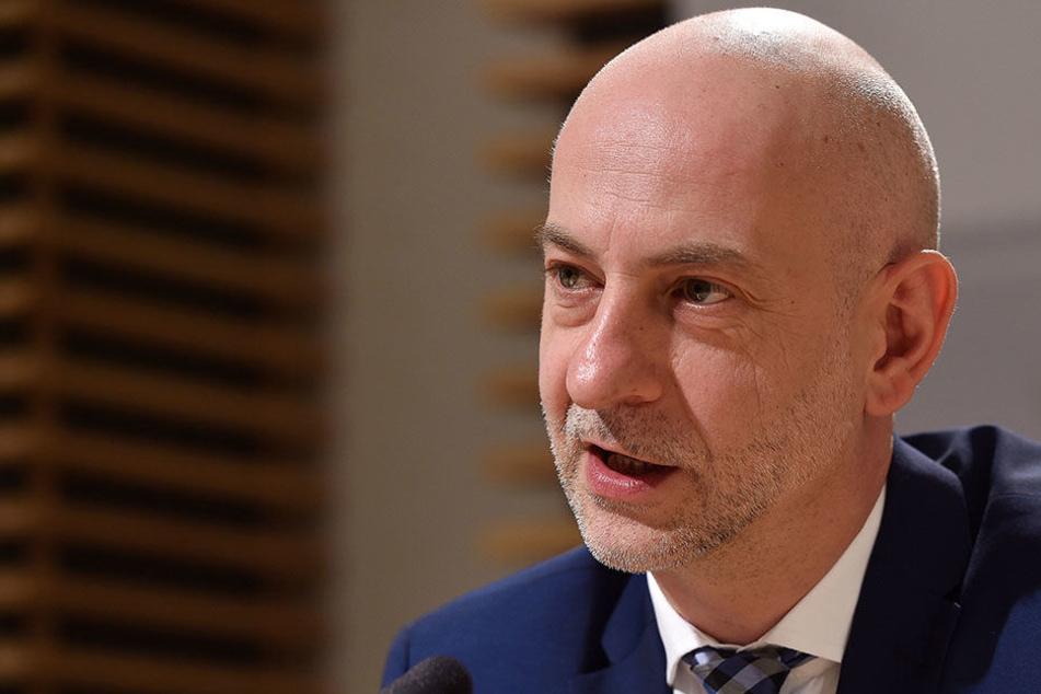 Sachsens Regierungssprecher Ralph Schreiber (47) kündigte an, dass der Stellenabbau auf Eis gelegt werde.