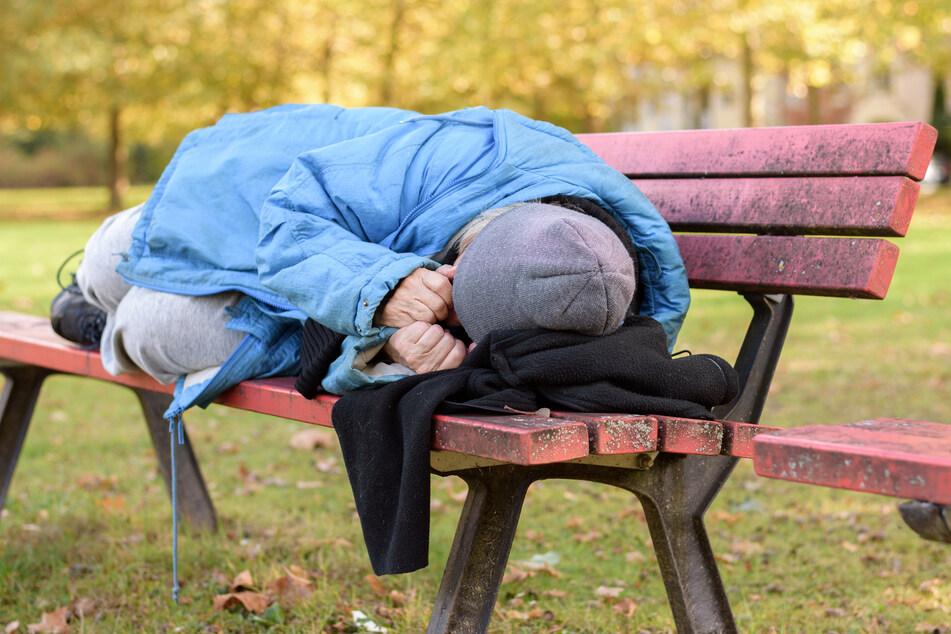 Damit niemand auf der Parkbank schlafen muss: Die Stadt Chemnitz bietet gemeinsam mit verschiedenen Trägern einige Hilfeangebote für Obdachlose an (Symbolbild).