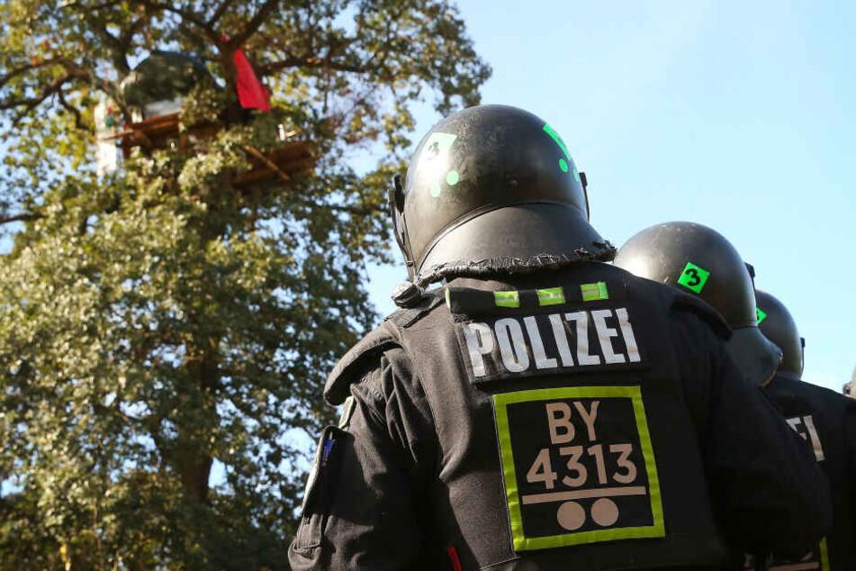 Hambacher Forst: Vermummter wirft Polizisten Stein ins Gesicht