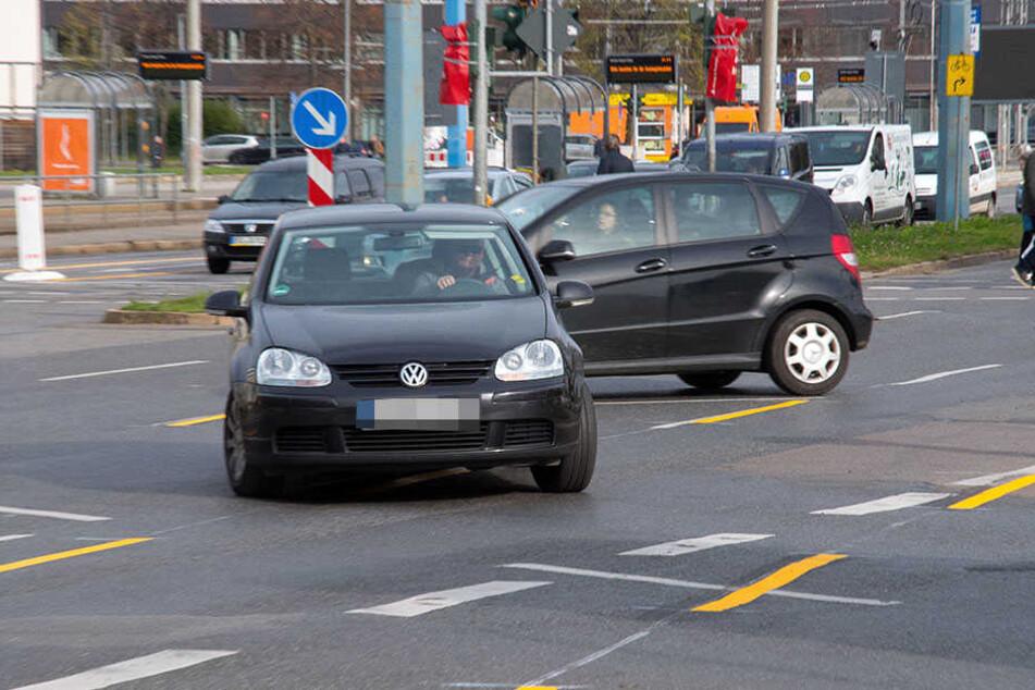Illegal: Autofahrer biegen von der Zschopauer Straße links ab oder wenden.