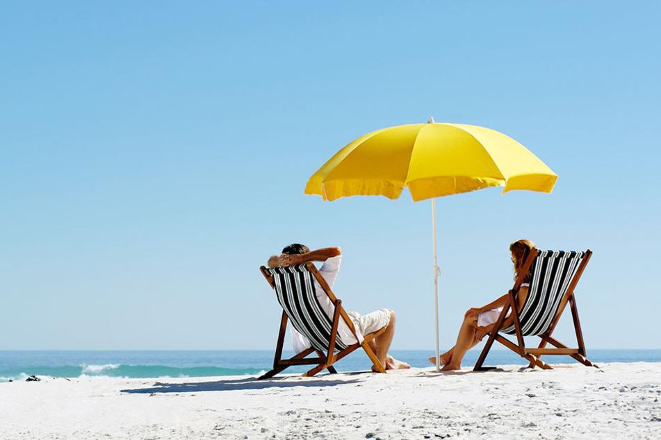 Ein Windstoß setzte das Unheil in Gang: Der Sonnenschirm hielt ihm nicht stand und flog direkt auf eine Touristin zu. (Symbolbild)