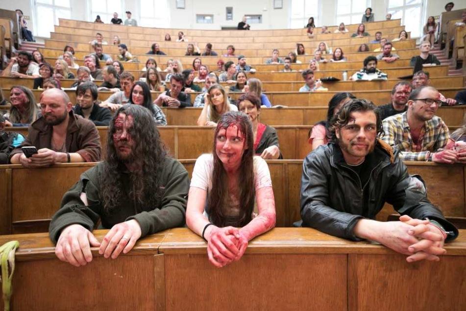 Noch sind sie brav! Die Zombie-Statisten warten darauf, dass die Apokalypse  beginnt.
