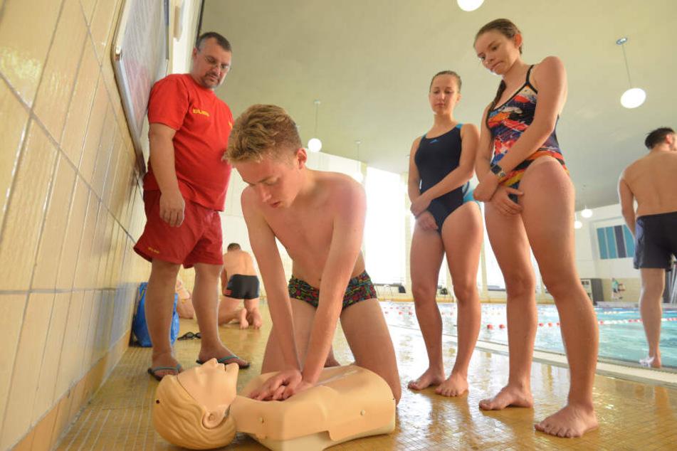 Beim DLRG herrscht Personalnot. Deswegen kann die Nachfrage nach Schwimmkursen nicht immer gedeckt werden.