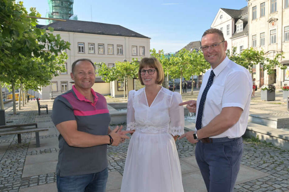 Bringt Bürgermeister Ingo Seifert (49) 50 Hochzeitspaare in Schneeberg zusammen? Herausforderer Andreas Franke (48, l.) hält dagegen. Annett Lauer ist auf jeden Fall dabei.